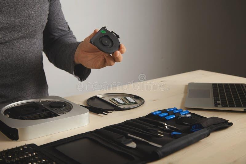Reparing und Reinigungscomputer lizenzfreies stockfoto
