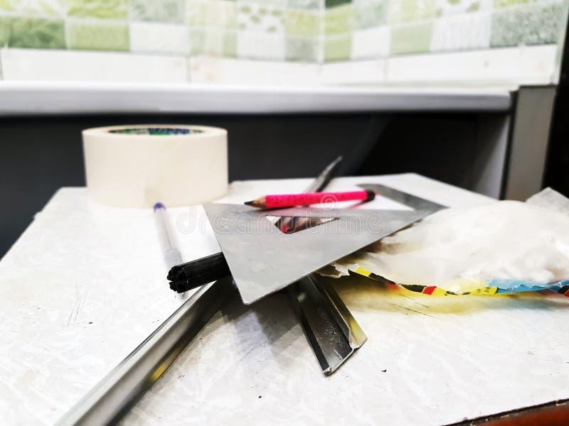 Reparo - constru??o com ferramentas, fita m?trica, l?pis, pena, marcador, fita de mascaramento, tri?ngulo, canto, cantos da telha fotos de stock royalty free