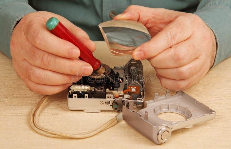 Reparo da câmara digital. Trabalhador manual, ferramentas, magnifier. fotos de stock