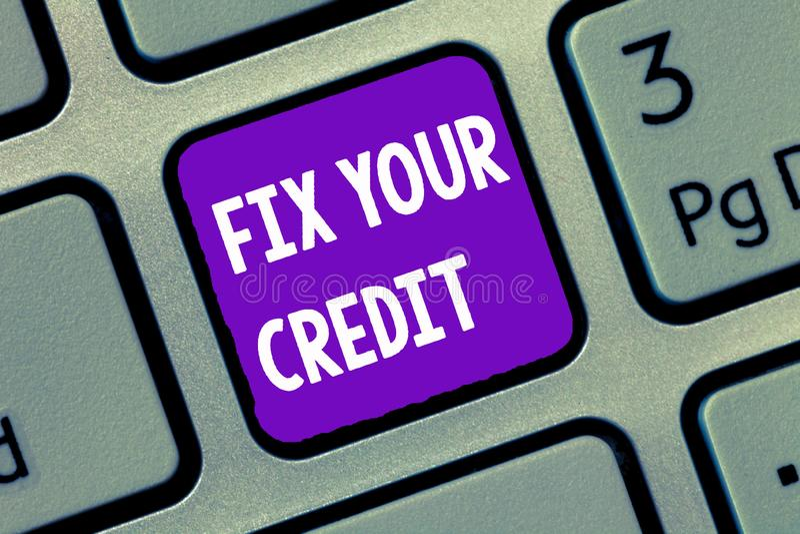 Reparo da escrita do texto da escrita seu crédito O significado do conceito mantém equilíbrios baixos em cartões de crédito e no  fotografia de stock royalty free