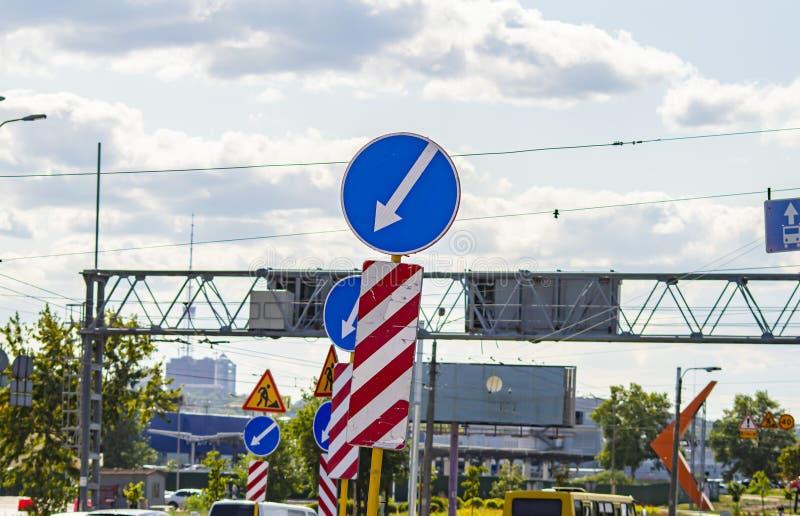 Reparo da estrada de cidade equipamento Sinais de estrada tecnologia imagens de stock