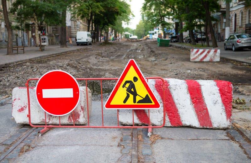 Reparo da estrada na rua da cidade fotografia de stock royalty free