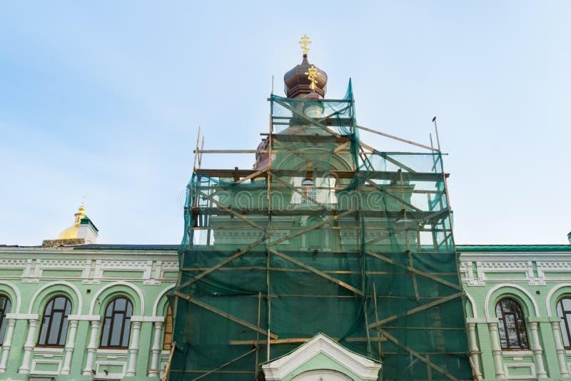 Reparo da igreja A fachada e as abóbadas da igreja ortodoxa no sc imagem de stock