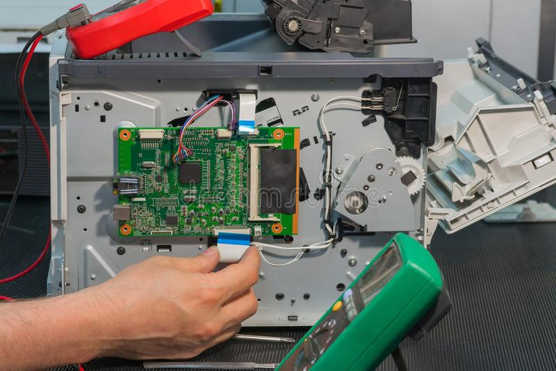 Reparo da impressora a laser, conexão do cabo de fita à placa de circuito impresso imagem de stock royalty free
