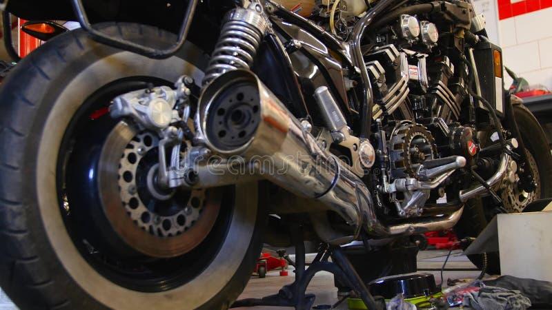 Reparo da motocicleta da roda na garagem fotografia de stock royalty free