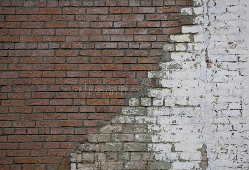 Reparo da parede de tijolo velha com a parede de pedra branca das pedras brancas novas e a parede de tijolo vermelho emplastrada  imagem de stock royalty free