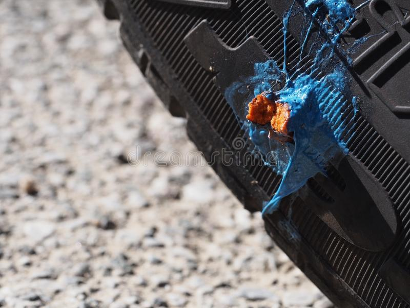 Reparo da punctura do pneumático do carro, não bonito mas uma solução prática ao espinho colado imagem de stock royalty free