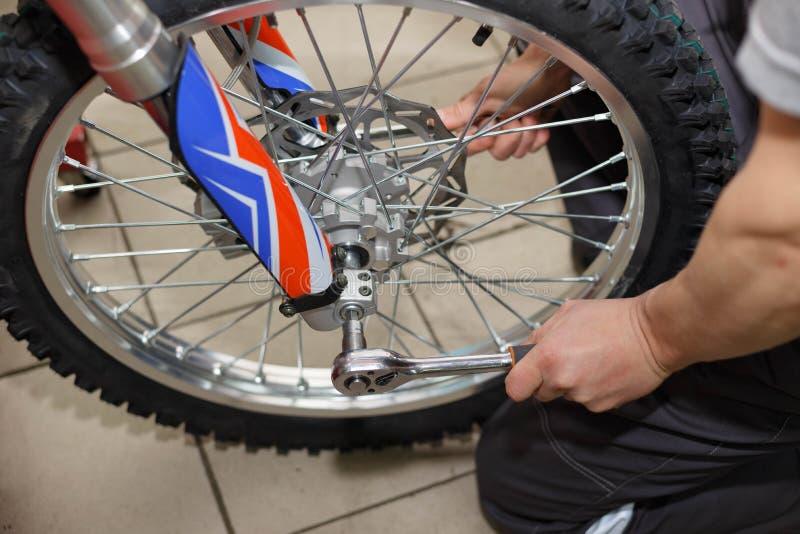 Reparo da roda da motocicleta após escapes do pneu ou dano do disco imagem de stock