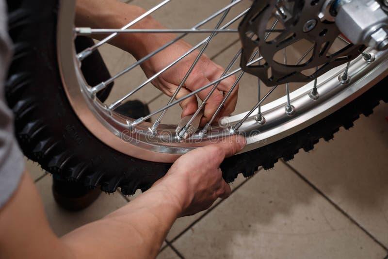 Reparo da roda da motocicleta após escapes do pneu ou dano do disco fotografia de stock royalty free