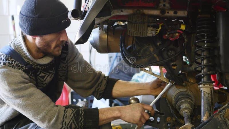 Reparo de ATV na garagem Reparo da bicicleta do quadrilátero fotos de stock