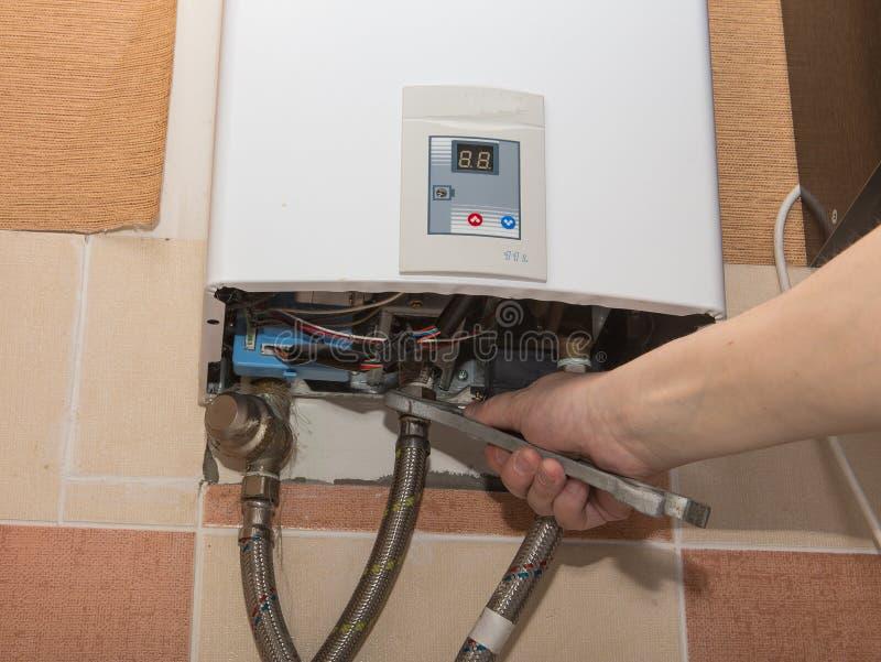 Reparo do aquecedor de água do gás fotografia de stock