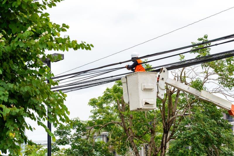 Reparo do eletricista do cabo da energia elétrica imagens de stock royalty free