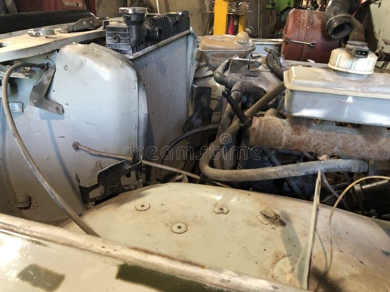 Reparo do motor velho de UAZ em 2003, na garagem jogada fotos de stock