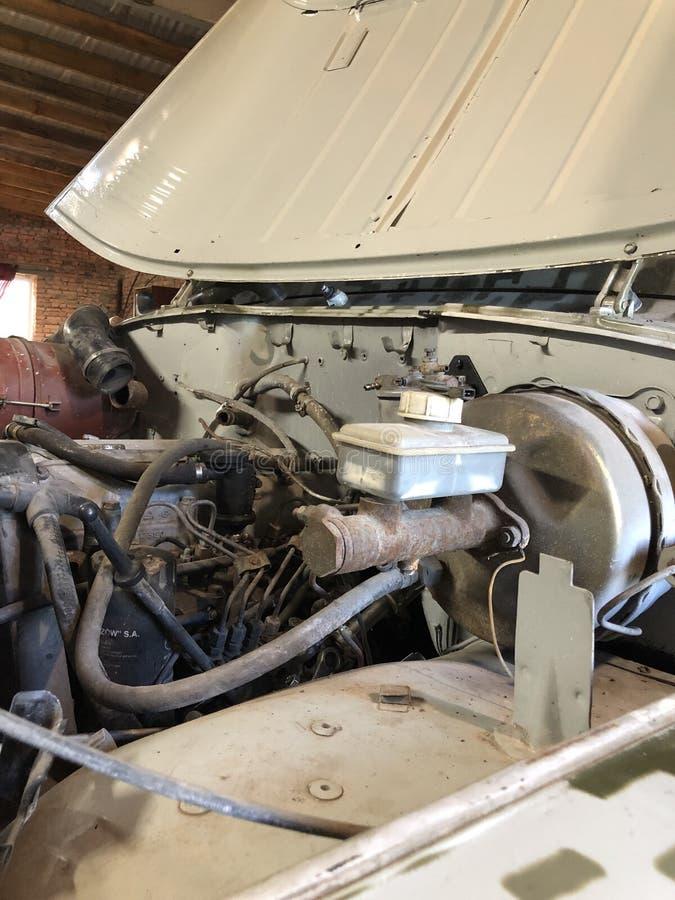 Reparo do motor velho de UAZ em 2003, na garagem jogada foto de stock royalty free