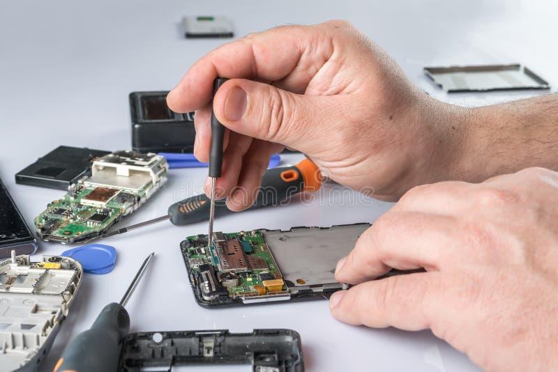 Reparo do telefone celular foto de stock