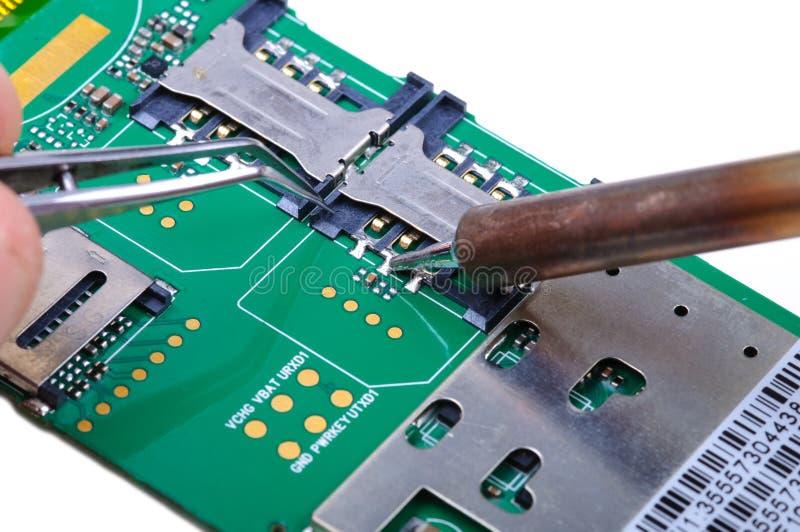 Reparo do telefone celular no lugar de funcionamento eletrônico do laboratório imagem de stock royalty free