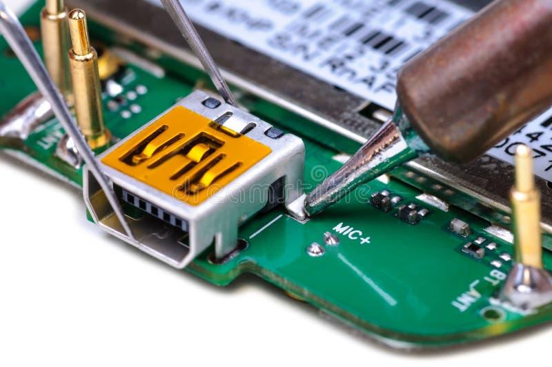 Reparo do telefone celular no lugar de funcionamento eletrônico do laboratório fotos de stock