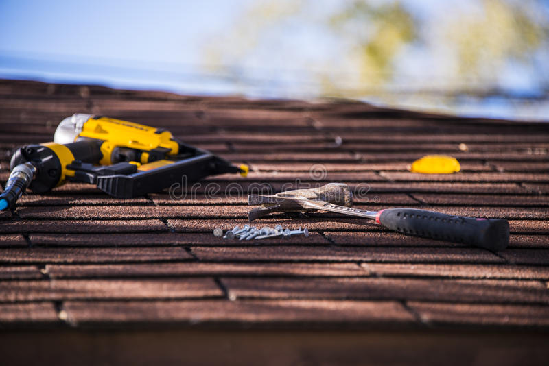 Reparo do telhado fotografia de stock