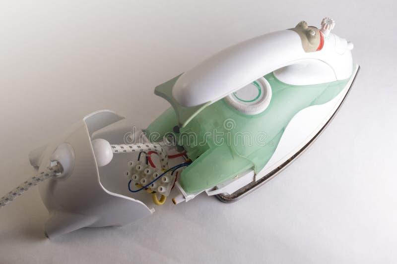 Reparo dos ferros Aparelhos eletrodomésticos quebrados Vista de acima Fundo branco fotografia de stock royalty free