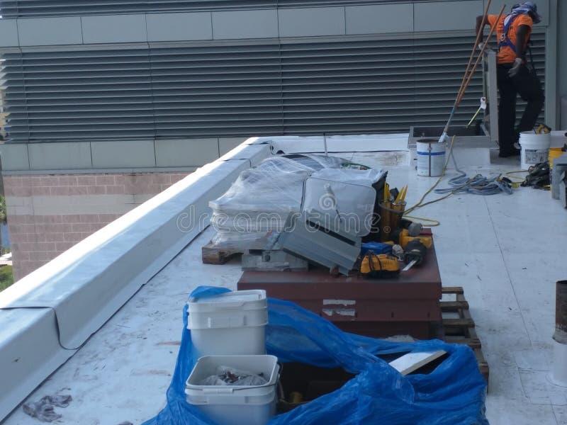 Reparos do telhado em um telhado do anúncio publicitário de TPO imagens de stock royalty free