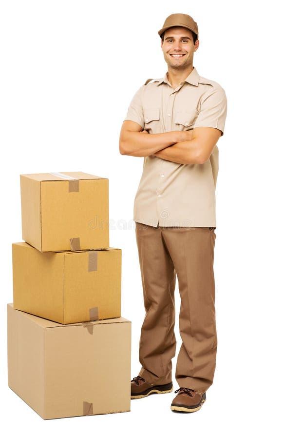 Repartidor que hace una pausa las cajas de cartón apiladas imágenes de archivo libres de regalías