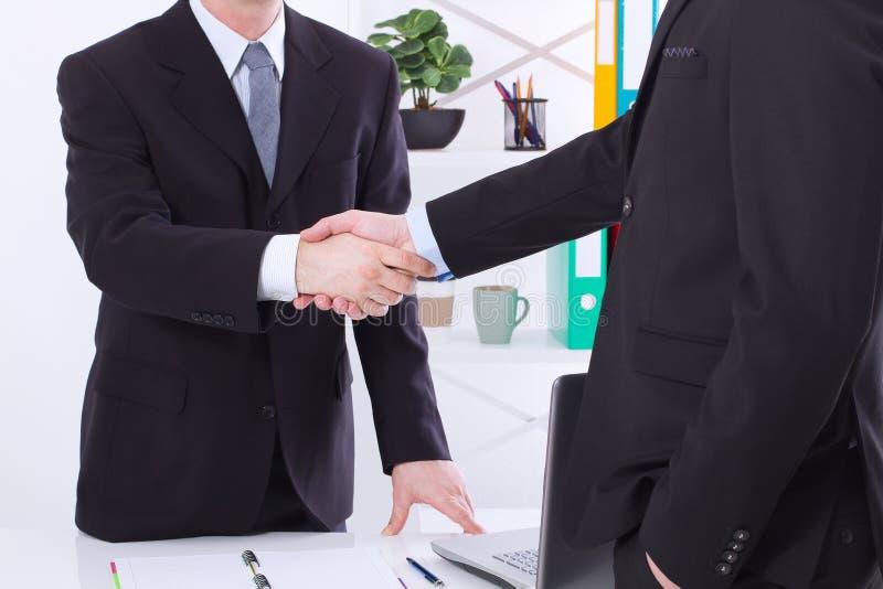 Reparto de asunto Concepto de la reunión de la sociedad con apretón de manos acertado de los hombres de negocios en el fondo de l imágenes de archivo libres de regalías