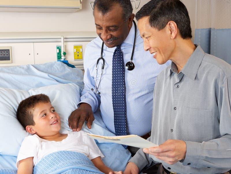 Reparto dei dottori Visiting Child Patient On fotografia stock