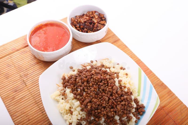 Repas égyptien de Kushary avec de la sauce photo stock