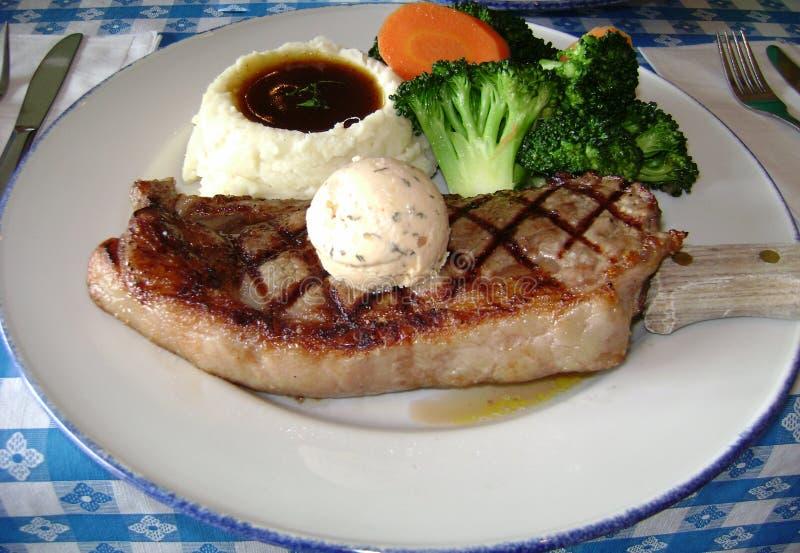 Repas complet de bifteck avec de la purée de pommes de terre et des légumes images libres de droits