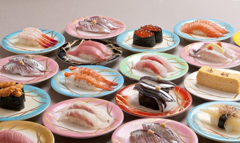 Repas copieux de sashimi de shushi avec la crevette, saumon, thon, calmar image libre de droits