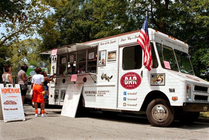 Repas d'ordre de clients de camion de nourriture en parc photos libres de droits
