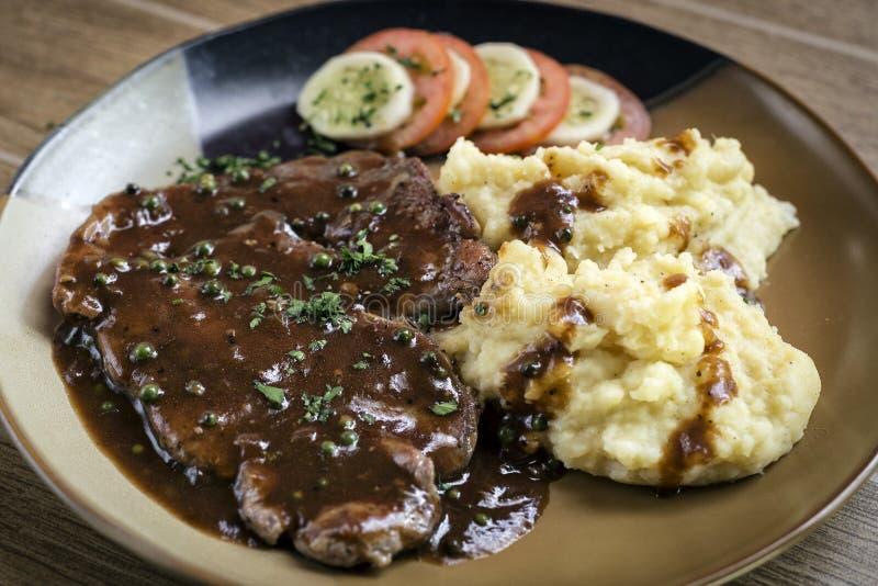 Repas de bifteck de boeuf avec de la sauce à purée de pommes de terre et à sauce au jus photo libre de droits