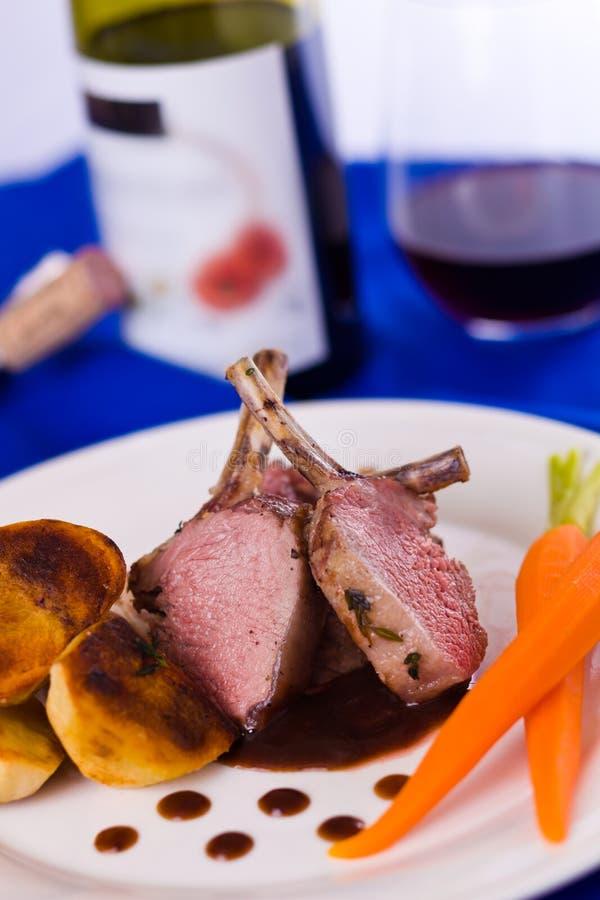 Repas de côtelette d'agneau avec du vin photo libre de droits