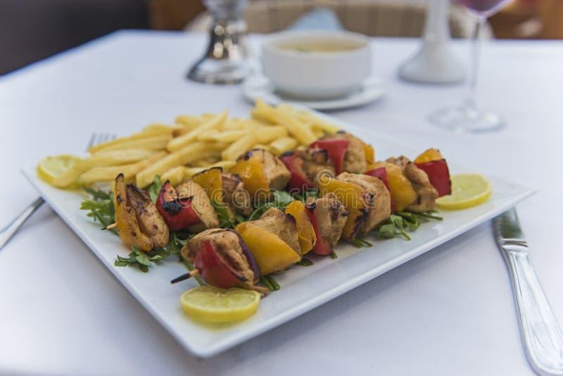 Repas de luxe de poulet de Shish Tawook dans le restaurant extérieur photographie stock libre de droits