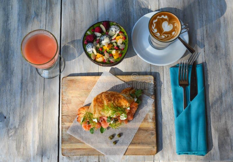 Repas de petit déjeuner au lieu de villégiature luxueux images libres de droits