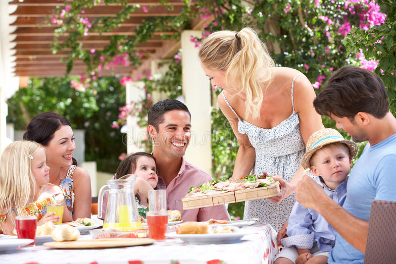 Repas de portion de femme à deux familles images stock