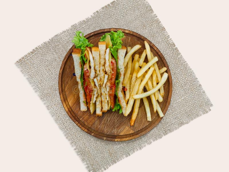 Repas de rapide à la barre, aux fritures et aux pains grillés de sandwich sur le conseil en bois au blanc photos libres de droits