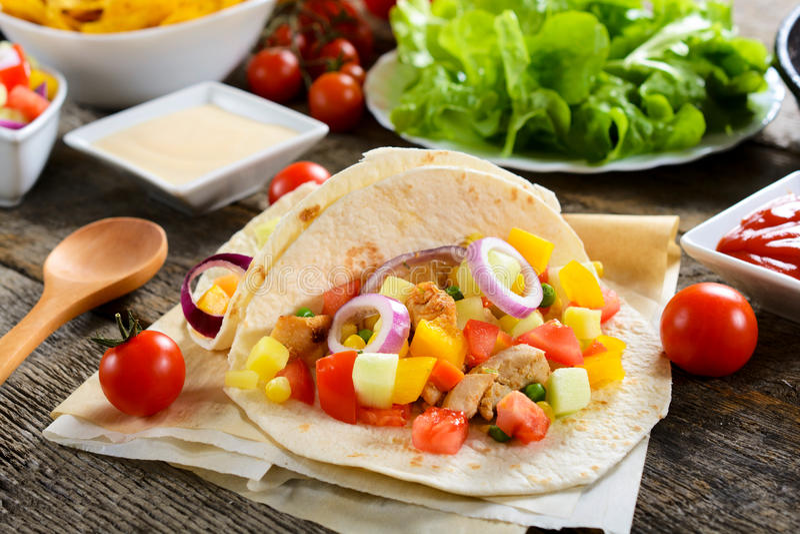 Repas de tortilla sur la table images stock