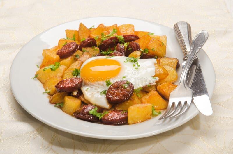 repas espagnol avec le chorizo coup en tranches la pomme de terre r tie et l 39 oeuf au plat. Black Bedroom Furniture Sets. Home Design Ideas