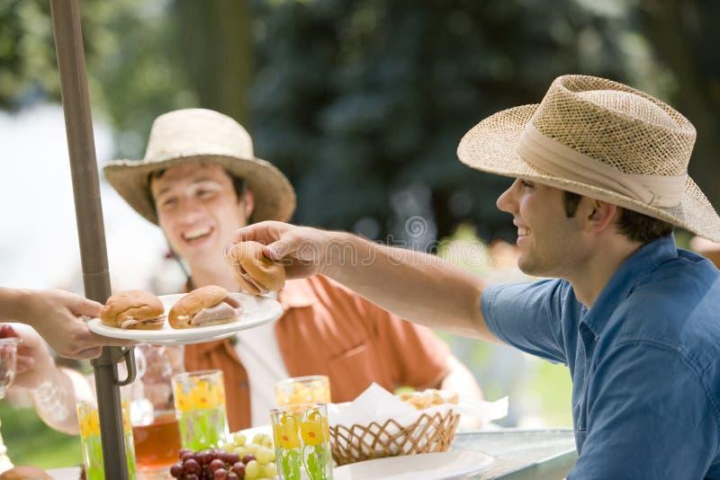 Repas extérieur avec des amis photographie stock libre de droits