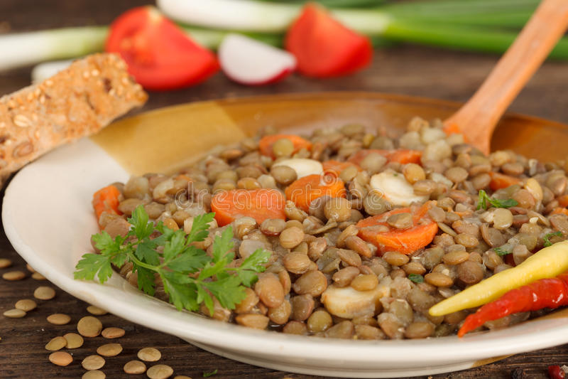 Repas fait maison de lentille de Brown avec des carottes photo libre de droits