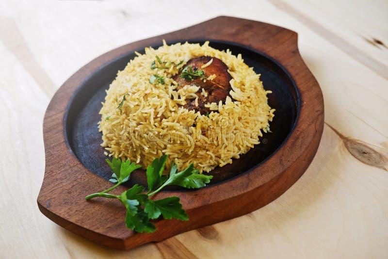 Repas indien traditionnel avec la feuille de persil du plat en bois photos libres de droits