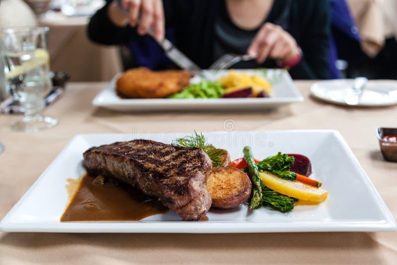 Repas juteux de bifteck servi avec les légumes frais photo stock