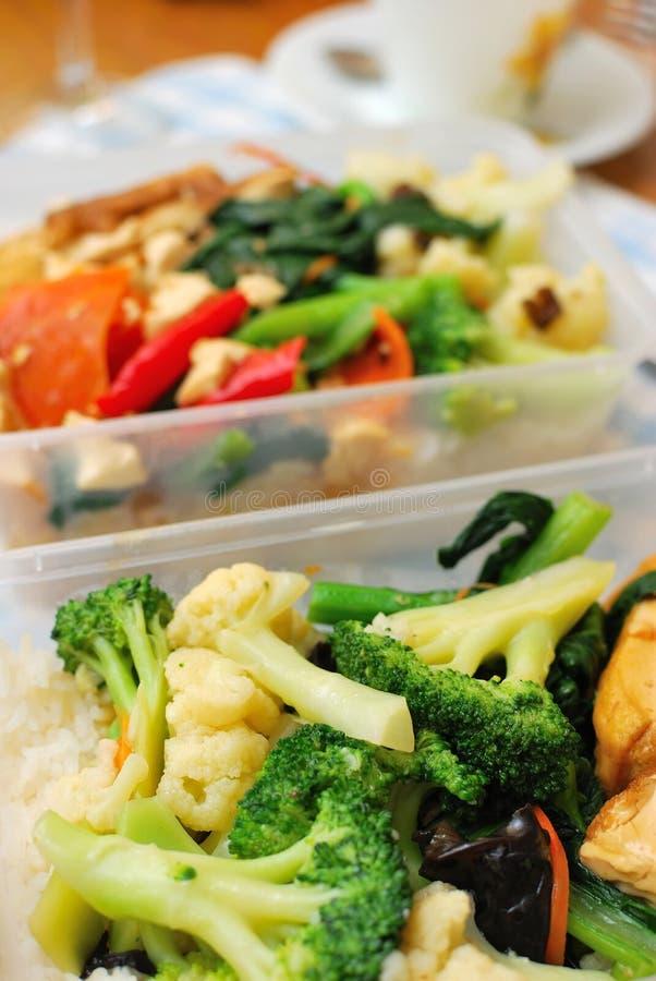 Repas réglé emballé de Chinois avec des légumes images libres de droits