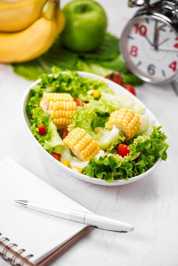 Repas sain de forme physique avec de la salade fraîche Suivez un régime le concept photo stock