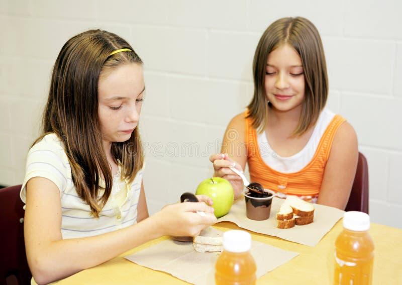 Repas scolaire - Tableau de filles photo stock
