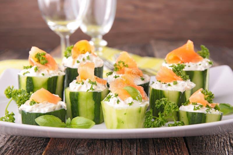 Repas sur le pouce avec le concombre, images libres de droits