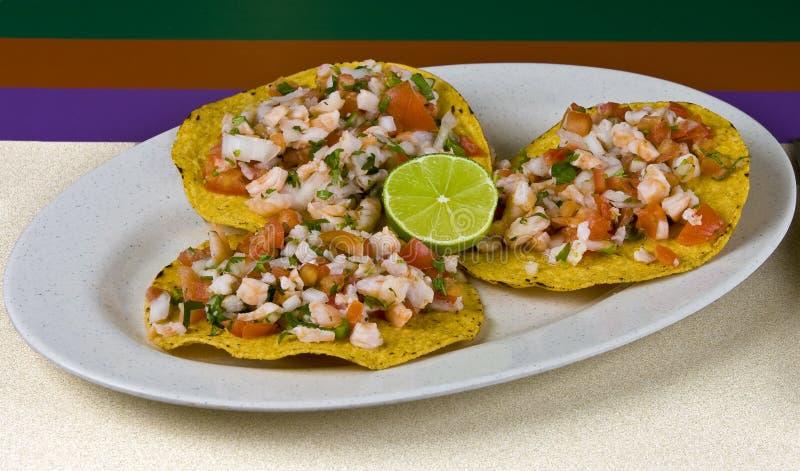 Repas, tostadas de crevette et légumes mexicains image libre de droits