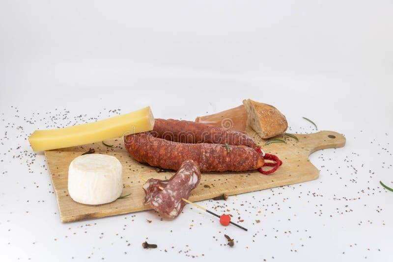 Repas traditionnel à l'extrémité du plateau de Charcuterie et de fromage de récolte photo stock