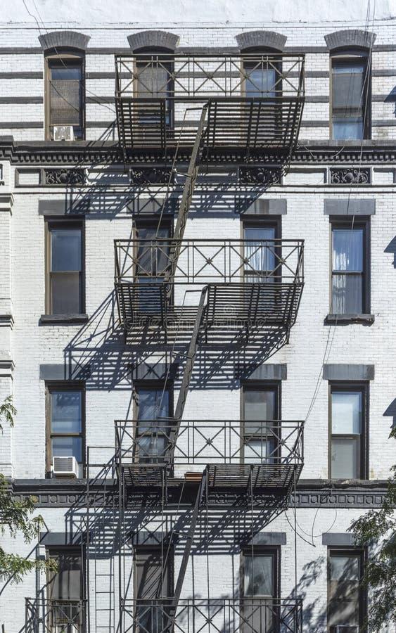 Repassez l'échelle de feu à la façade d'une vieille maison historique dans nouveau Y image stock
